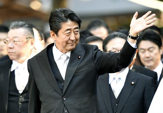 아베 신조(安倍晋三) 일본 총리가 4일 일본 보수의 성지로 알려진 이세(伊勢)신궁을 참배하며 시민들에게 손을 흔들고 있다. [연합뉴스]