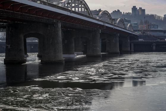 연일 계속된 한파로 한강에 결빙이 공식 관측된 31일 오전 서울 동작구 한강대교 주변에 얼음이 얼어 있다. 이번 겨울 한강 결빙은 작년보다는 16일 늦었지만 평년보다는 13일 빨랐다. [뉴스1]