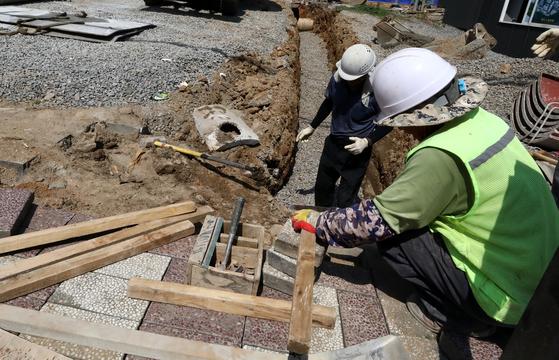 서울 동작구의 한 공사 현장에서 근로자들이 작업을 하고 있다. [뉴시스]