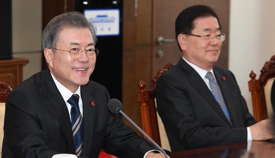 문재인 대통령(왼쪽)이 지난달 17일 오후 청와대 여민관에서 열린 수석보좌관회의에서 모두발언을 하고 있다. [청와대사진기자단]
