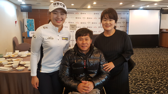 LPGA에 진출하는 이정은(왼쪽)이 아버지 이정호, 어머니 주은진 씨와 선전을 다짐했다. [김지한 기자]
