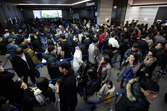 지난달 23일 서울 강남구 대치동 자이갤러리. 방문객들이 위례포레자이 청약 상담을 위해 기다리고 있다. [뉴스1]