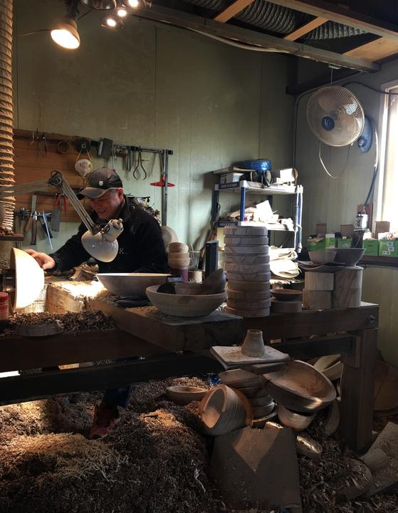 나무 부스러기 칼밥이 수북이 쌓인 공방에서 최현규 장인(49) 모습. [사진 이정은]