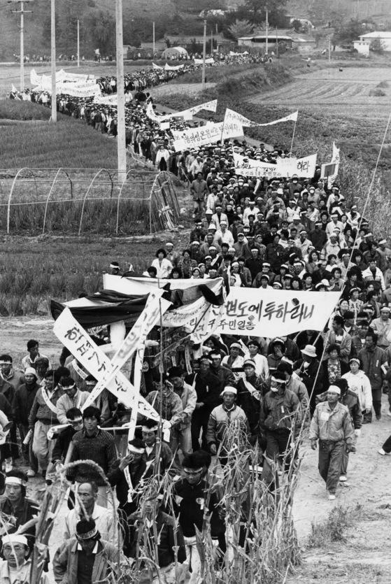 1990년 11월 안면도 주민들이방사성 폐기물 중간저장시설 설치안 반대 시위를 벌이고 있다.[중앙포토]