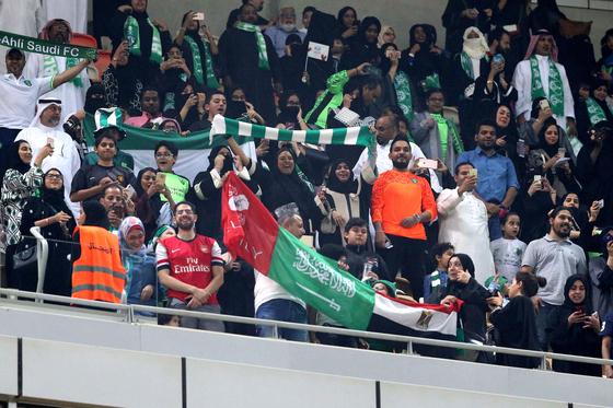 가족석에서 축구 관람하는 사우디 여성 팬들 [EPA=연합뉴스]