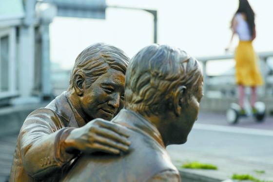 서울 마포대교에 세워진 극단적 선택 위로 동상. [중앙포토]