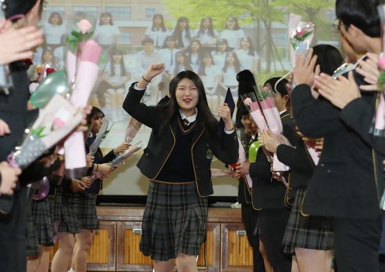 4일 오전 세종시 양지고등학교에서 열린 졸업식에서 졸업생들이 후배들의 환송을 받으며 행사장을 나서고 있다. [연합뉴스]