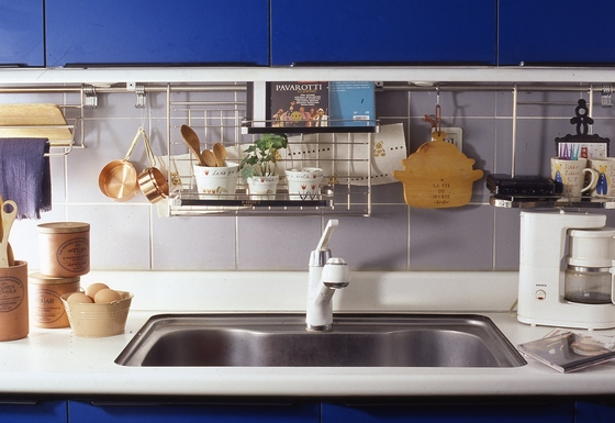 집 안 청소를 하다보면 눈에 보이는 부분만 청소하느라 자칫 놓치게 되는 부분이 있다. 대표적으로 창틀이나 가구 윗 부분, 화장실 세면기, 싱크대 개수대 안쪽 등이다. [중앙포토]