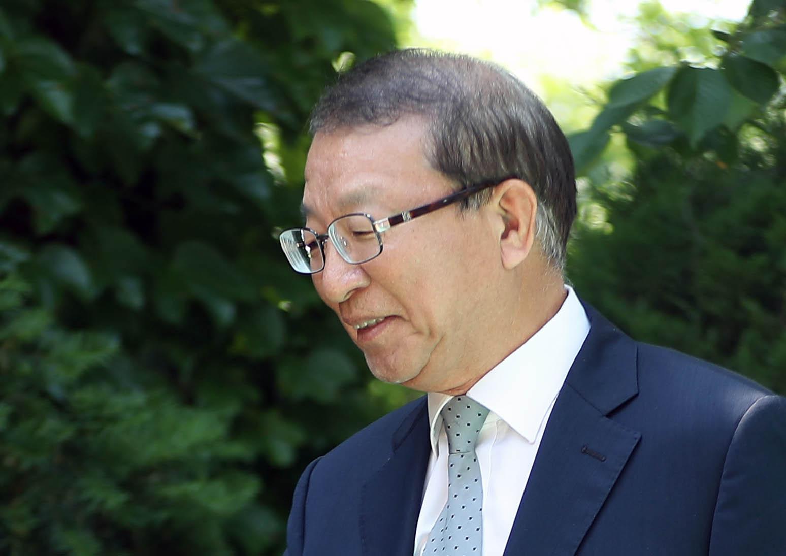 양 전 대법원장이 지난 6월 1일 오후 경기도 성남시 자택 인근에서 재임 시절 일어난 법원행정처의 '재판거래'파문과 관련해 입장을 밝히기 위해 취재진 앞으로 나서는 모습.[연합뉴스]