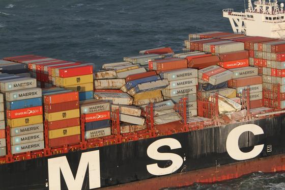 폭풍으로 높은 파도가 몰아치면서 북해를 지나던 화물 선박 MSC Zoe에 쌓여있던 컨테이너가 도미노처럼 무너져 내렸다. [EPA=연합뉴스]