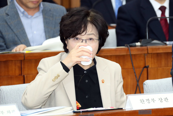 미세먼지 대책 특별위원회 2차 전체회의가 지난해 1월17일 국회에서 열렸다. 김은경 환경부 장관 등 관계부처 차관들이 참석했다. 김 장관이 물을 마시고 있다. [중앙포토]