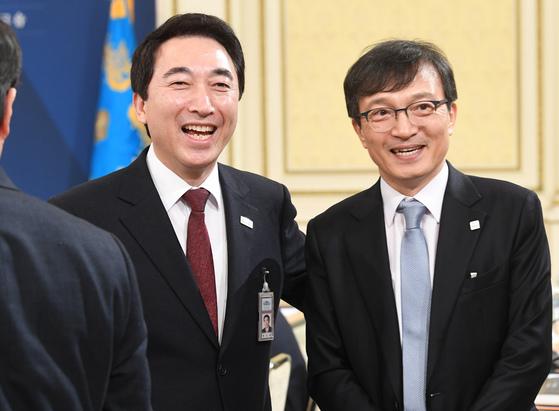 지난해 1월 30일 청와대 영빈관에서 열린 2018년도 장·차관 워크숍에서 박수현 대변인(왼쪽)과 김의겸 신임 대변인이 참석자들과 웃으며 인사를 나누고 있다. [청와대사진기자단]