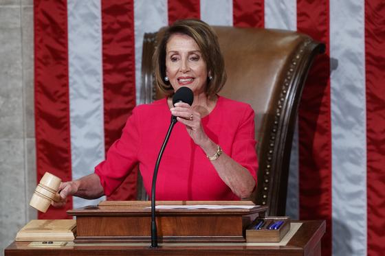 낸시 펠로시 미 하원의장이 3일 2007~2011년에 이어 두 번째로 하원의장에 선출된 직후 의사봉을 쥐고 있다.[AP=연합뉴스]