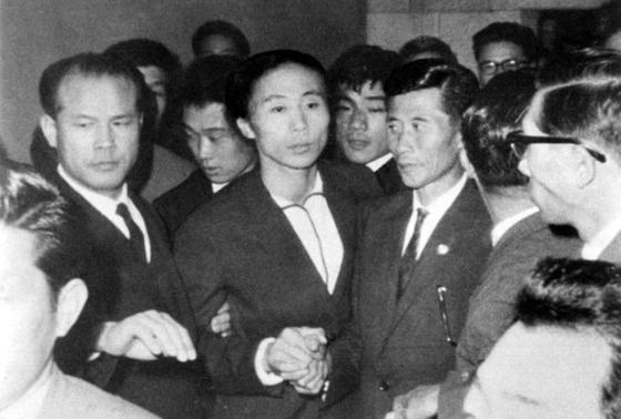 1964년 10월9일 일본 도쿄에서 북한 육상선수 신금단 부녀가 상봉하는 모습. [사진 국가기록원]