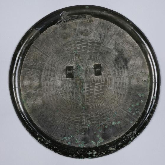 '정문경(精文鏡)'으로 불리는 국보 제141호 다뉴세문경. [문화재청 사진]
