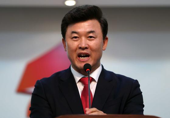 자유한국당과 바른미래당은 기획재정부가 신 전 사무관을 고발한 것은 공익제보자에 대한 핍박이라며 고발 철회를 촉구했다.[연합뉴스]
