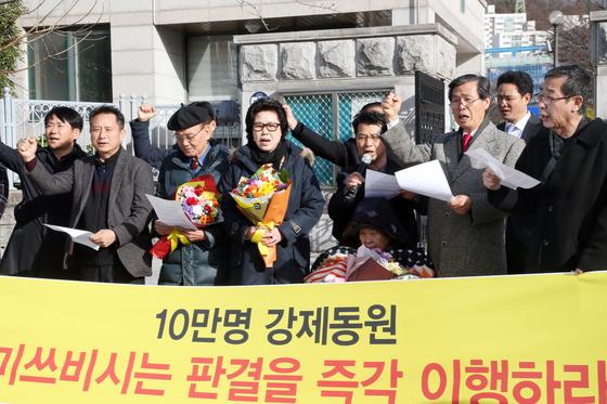 지난 12월 5일 광주 동구 광주고법에서 강제징용 피해자들에 대한 피해보상을 촉구하는 기자회견이 열렸다.[연합뉴스]