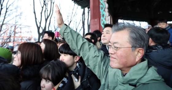 문재인 대통령이 새해 첫 날인 지난 1일 오전 서울 남산 팔각정에서 시민들과 함께 해돋이를 보고 있다. [사진제공=청와대]