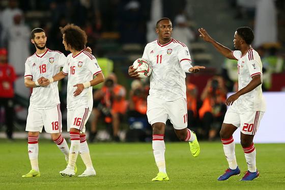 6일 열린 아시안컵 개막전에서 후반 43분 UAE의 아메드 칼릴이 페널티킥을 성공한 뒤 동료들의 축하를 받고 있다. [EPA=연합뉴스]