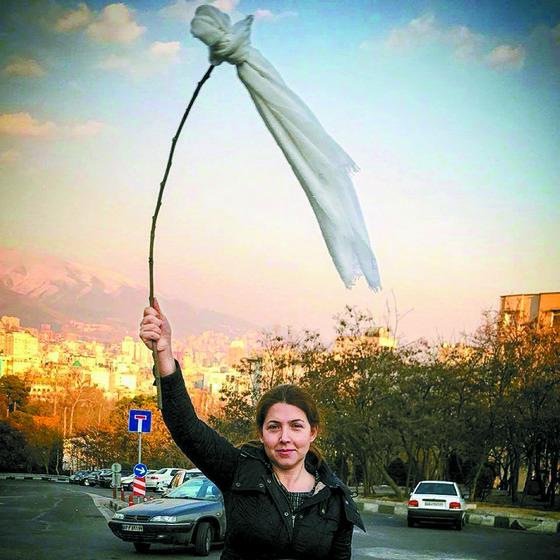 '나의 은밀한 자유'(My stealthy freedom)는 이란 여성들이 히잡 강요를 거부하며 벌이는 캠페인이다. 히잡을 나무막대기에 묶어 흔들고 있다. [사진 페이스북]