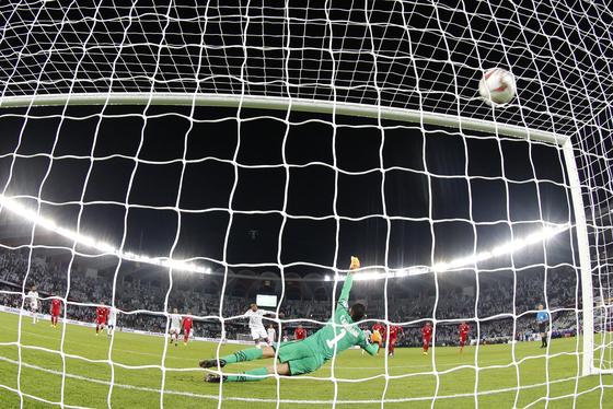 6일 열린 아시안컵 개막전에서 후반 43분 UAE의 아메드 칼릴이 찬 페널티킥이 골망을 흔들고 있다. [AP=연합뉴스]