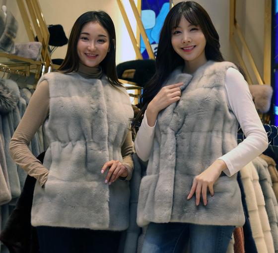 신세계백화점은 4일부터 13일까지 열리는 모피 대전에서 99만원짜리 모피 재킷을 내놨다. [사진 신세계백화점]