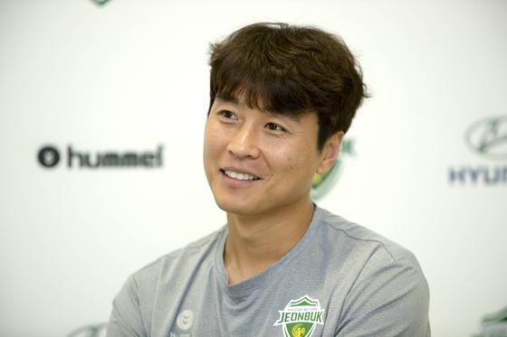 이동국은 아시안컵에서 10골을 터트린 한국축구 레전드 공격수다. 그는 한국스트라이커 계보를 잇고 있는 황의조를 높게 평가했다. [프리랜서오종찬]