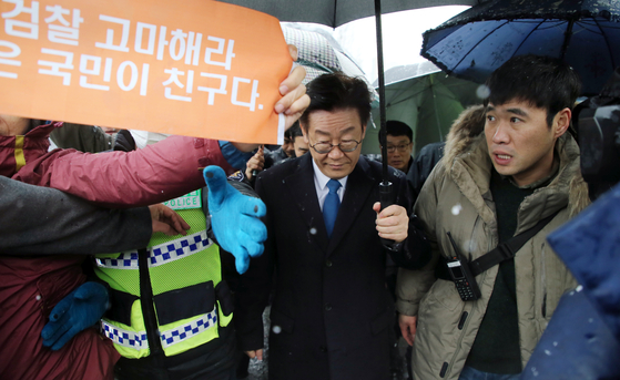 지난해 지지자들의 격려를 받으며 수원지검 성남지청 청사에 들어서고 있는 이재명 경기지사 [연합뉴스]