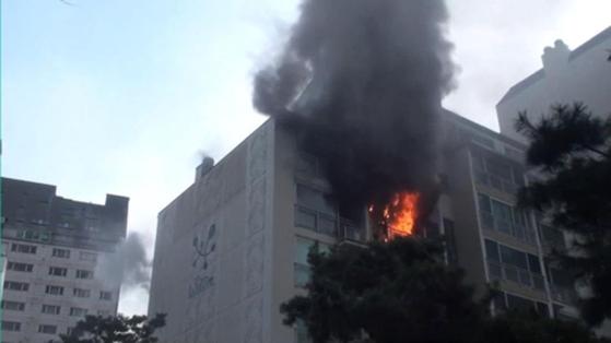 6일 오전 8시 35분 서울 강남구 삼성동의 한 아파트 6층 베란다에서 화재가 발생해 8명이 연기를 마셔 병원으로 옮겨졌다. [사진 강남소방서 제공]