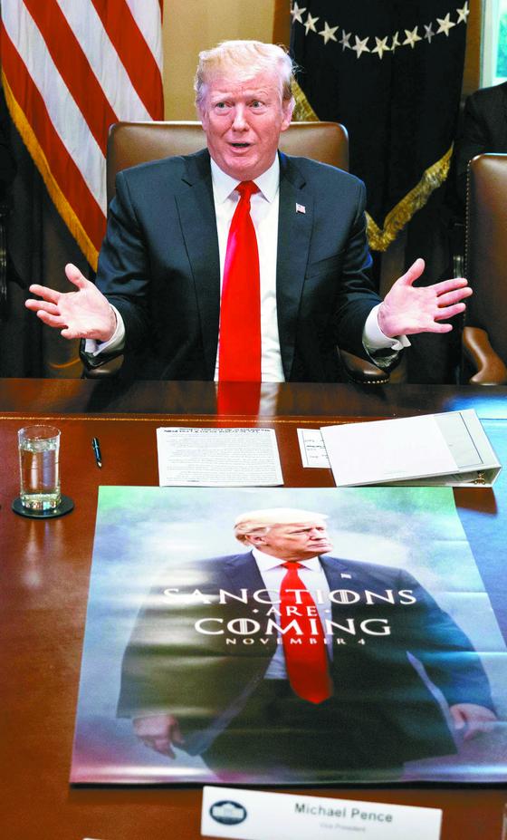 """지난 2일(현지시간) 도널드 트럼프 미국 대통령이 백악관에서 열린 각료회의에서 '나는 방금 김정은으로부터 훌륭한 편지(great letter)를 받았다""""며 김정은 북한 국무위원장으로부터 받은 친서를 공개했다. 트럼프 대통령 앞 테이블에 김 위원장의 친서와 이란 제재 복원을 예고하는 포스터가 함께 놓여 있다. [EPA=연합뉴스]"""