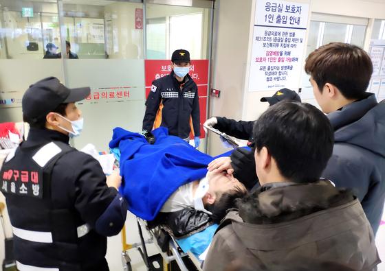 구급대원들이 3일 신재민 전 기획재정부 사무관을 서울 보라매병원으로 옮기고 있다. [사진 한국일보]