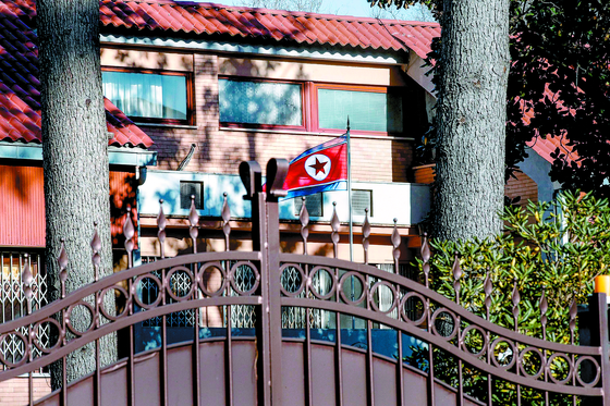 이탈리아 로마 교외 주택가에 위치한 주이탈리아 북한대사관의 철문이 굳게 닫혀 있는 모습. [EPA=연합뉴스]