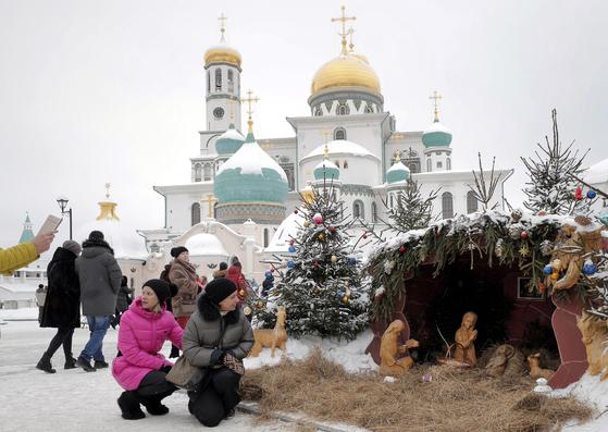 6일(현시시간) 러시아 모스크바 시민들이 정교회 예배당을 찾아 성탄 트리와 말구유 등의 장식물을 보며 성탄분위기를 즐기고 있다. [EPA=연합뉴스]