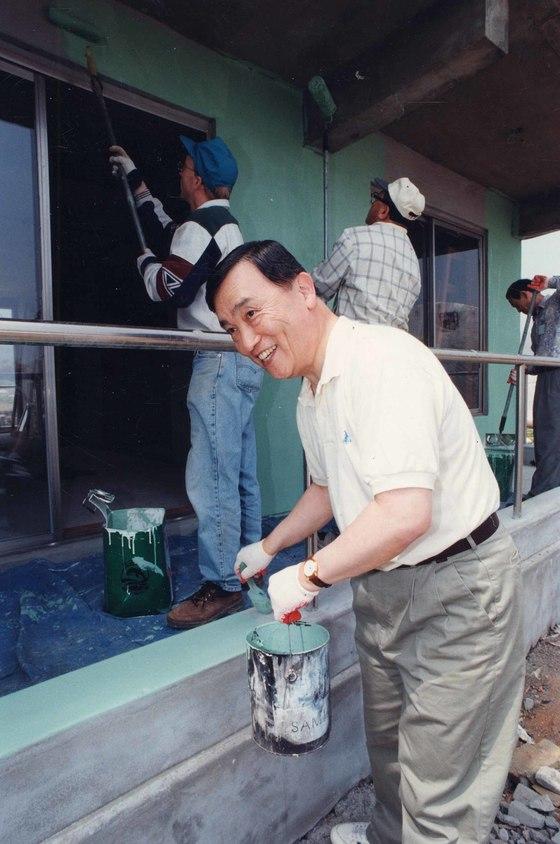 정근모 박사가 15대 과기처 장관 시절 무주택자를 위한 해비타트(사랑의 집짓기) 운동에 참가해 페인트칠 자원봉사를 하고있다.[중앙포토]