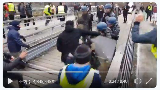 노란 조끼 시위를 저지하는 경찰에게 전직 복싱 챔피언이 주먹을 날리고 있다. [Linepress 트위터 영상 캡처]