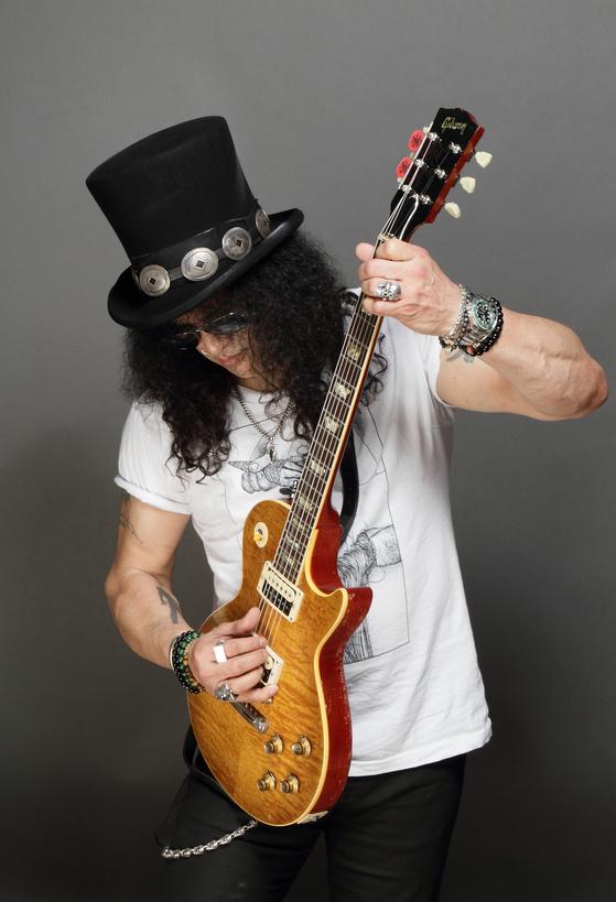 트레이드 마크가 된 긴 곱슬머리 위에 모자를 얹은 채 기타를 연주하는 슬래시. [사진 소니뮤직]