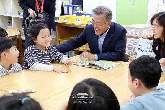문재인 대통령이 지난해 4월 '온종일 돌봄정책'을 발표하고 서울의 한 초등학교 돌봄교실을 찾았다. [뉴스1]
