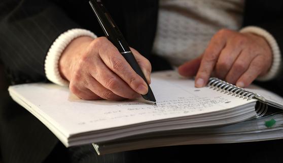 이어령 교수가 필기한 지점을 펜으로 꾹 누르자 녹음해 두었던 메모가 흘러나왔다. 이 교수는 집필 작업에 스마트 노트와 펜을 적극적으로 활용하고 있었다. 최승식 기자