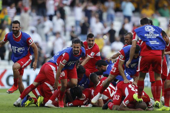 요르단 축구대표팀 선수들이 6일 호주와의 아시안컵 조별리그 1차전에서 승리를 확정한 뒤, 환호하고 있다. [AP=연합뉴스]