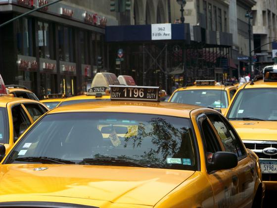전 정주영 회장이 헬기의 운행 중단으로 어쩔 수 없이 택시를 타고 호텔로 갔다. 그러나 그룹에서 가장 높은 어른이 택시를 타고 호텔로 오리라고 꿈에도 생각하지 못한 도어맨이 택시를 지나쳐 벤츠 승용차로 달려가는 일이 있었다. [사진 pixabay]