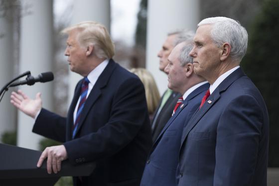 """도널드 트럼프 미국 대통령이 지난 4일 백악관에서 민주당 낸시 펠로시 하원의장 등과 예산안 협상이 결렬된 뒤 """"국가비상사태를 선포해 장벽을 건설하는 선택지도 있다""""고 경고하고 있다.[EPA=연합뉴스]"""