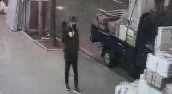 지난 5일 새벽 이 씨가 범행을 하기 위해 나서는 모습. 검정 패딩을 입고 가방을 메고 있다.
