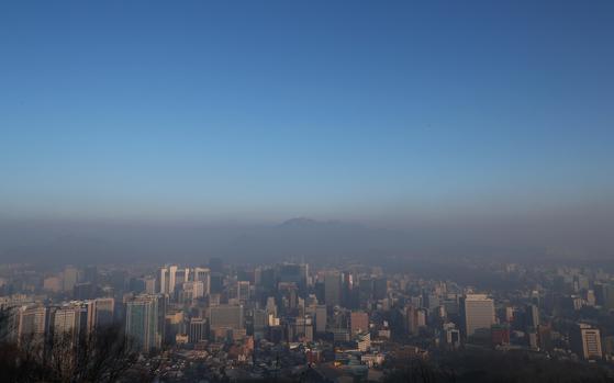 지난달 17일 오전 서울 남산에서 바라본 서울 도심에 미세먼지가 가득하다. 두터운 미세먼지층 위에 파란 하늘도 보인다. [연합뉴스]