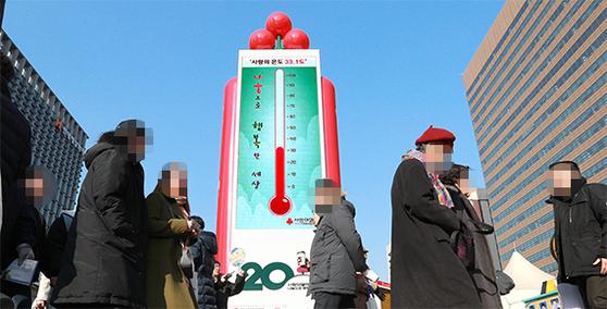 20일 오후 서울 광화문광장에 있는 '사랑의 온도탑' 수은주가 33.1도를 가리키고 있다. 모금 목표액수의 1%가 모일 때마다 1도씩 올라간다. [임현동 기자]