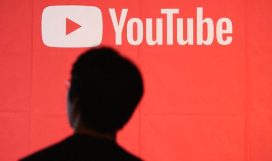 전국 13~18세 중고생 1058명을 대상으로 '어린이, 청소년 인터넷 개인방송 이용실태'를 조사한 결과, 응답자의 인터넷 개인방송 하루 평균 시청시간이 두 시간에 육박하는 것으로 나타났다. [연합뉴스]