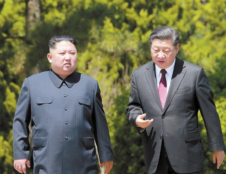 김정은 북한 국무위원장이 7일부터 10일까지 중국을 방문한다. 사진은 지난해 6월 김 위원장의 방중 당시 시진핑 국가주석과 이야기를 나누는 모습. [연합뉴스]