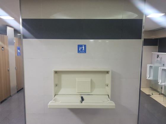 서울역 2층 남자화장실에 설치된 기저귀 교환대. 위생시트가 따로 없고 교환대 앞에 서 있으면 화장실을 이용하는 사람들과 동선이 겹쳐 시민들이 불편을 호소한다. 심석용 기자