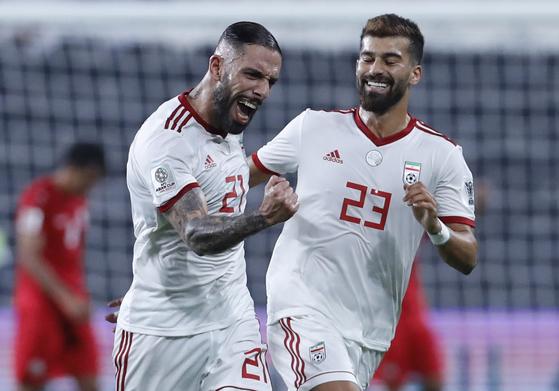8일 열린 2019 아시안컵 조별리그 1차전 예멘전에서 전반 팀의 두 번째 골이 나온 뒤 기뻐하는 이란의 아시칸 데자가(왼쪽). [AP=연합뉴스]