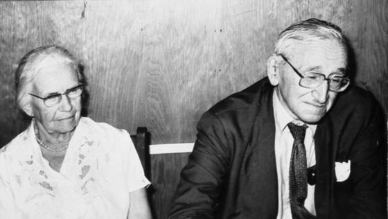 오스트리아 경제학자 하이에크 박사(오른쪽)와 그의 부인(왼쪽). 카를 마르크스가 '보이는 손'을 설파하고 공산주의 이론을 펼 때 공산주의가 실패할 수밖에 없었던 이유를 정확하게 예측한 경제학자가 하이에크 박사다. [중앙포토]