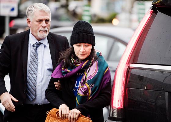 멍완주어 화웨이 부회장 겸 최고재무책임자(오른쪽)가 경호원과 함께 캐나다 밴쿠버의 한 보호관찰소에 도착한 모습. 얼마 전 캐나다에서 화웨이 창업주의 딸 멍완주어가 체포되는 일이 있었다. 중국 정부는 이에 대한 보복으로 중국에 체류하는 캐나다인 세 명을 구금했다. [AP=연합뉴스]